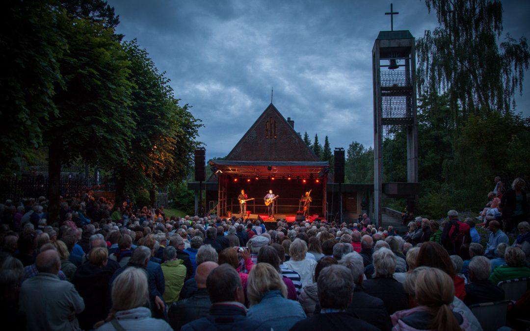 Ole Paus på kirkegården (foto: Øistein Aamot)